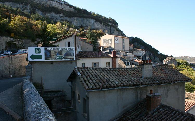 .......Roquefort est un petit village construit au flanc de cette montagne qui est en fait un éboulis , tout en hauteur avec en son sein , les précieuses caves à visiter ….