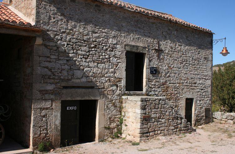 Après l'eglise , il y a une batisse où se trouve au rez de chaussée de celle-ci le Musée Géologique ........