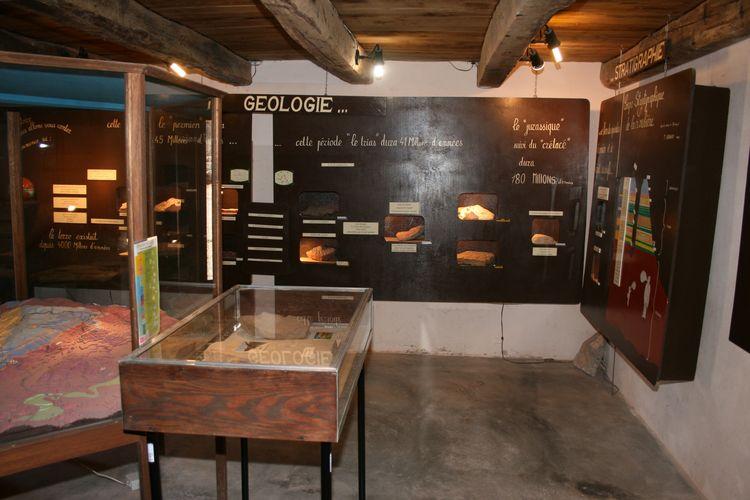 .......On y explique la géologie du sol de la région,les mines s'y trouvant et le travail afférant à celles-ci ....
