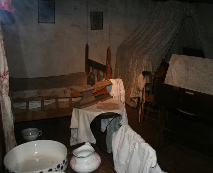 """....Au premier étage , un intérieur de maison reconstitué du début 1900 (commentaire de Mr """"Cros"""" ancien habitant du village )............"""