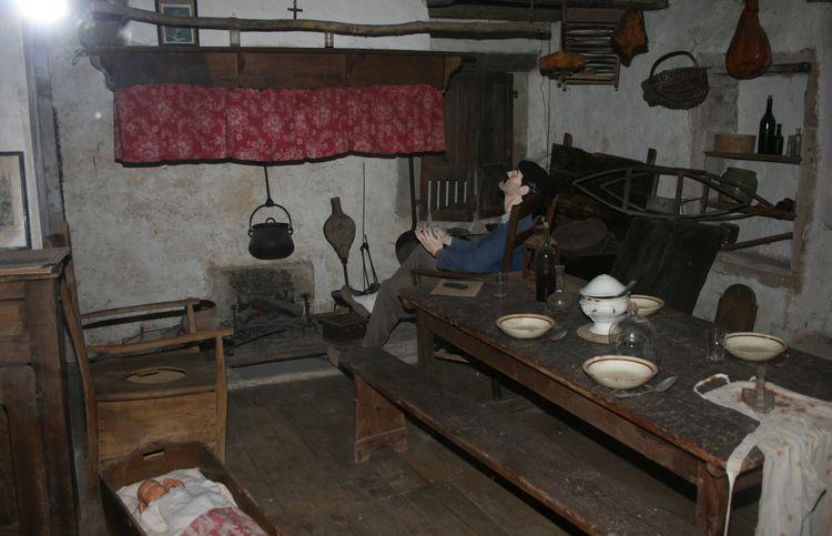 ...........La cuisine et salle à manger devant la cheminée ......