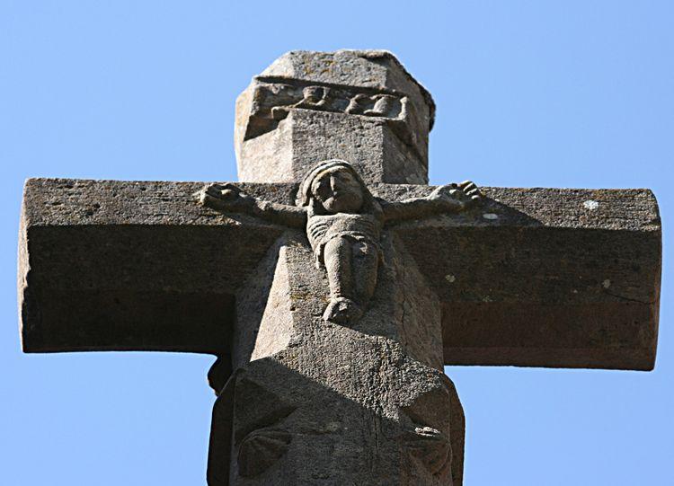 .....La croix à deux faces indique la solennité des lieux….avec tout autour des figurines qui devaient inspirer la crainte ......