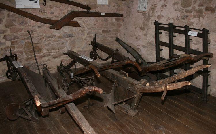 ......Au grenier, une exposition d'outils utilisés aux champs plus ou moins anciens ...