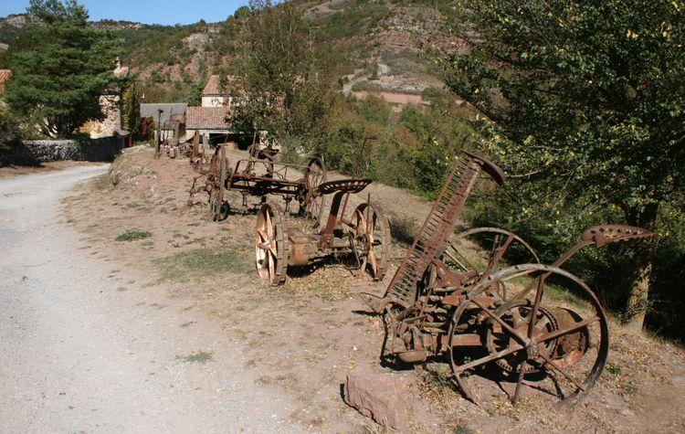 ......Sur le chemin qui nous amène au château encore quelques anciens outils utilisés dans les champs ....