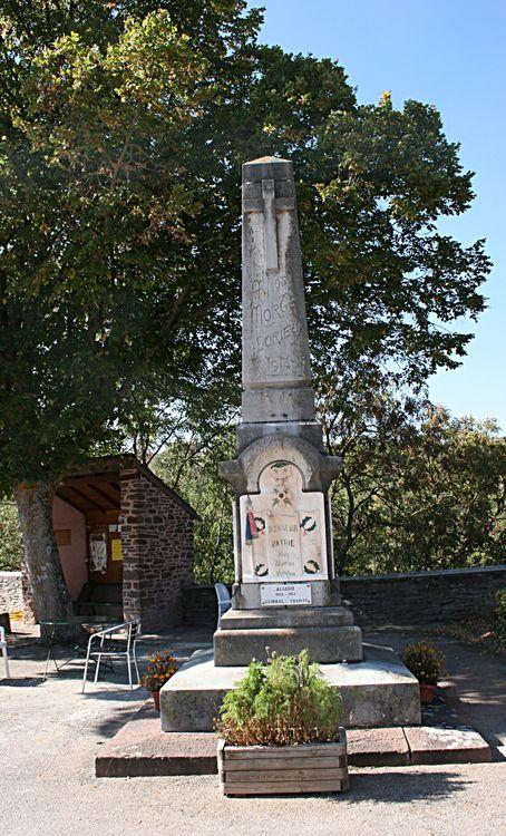 ......On trouve aussi sur la Place du Château : la fontaine et le monument aux morts......