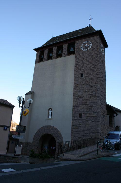 ......Toujours en longueur,l'on arrive à l'église de roquefort avec à sa gauche une peinture tenant toute la façade d'une maison pour une célèbre marque....