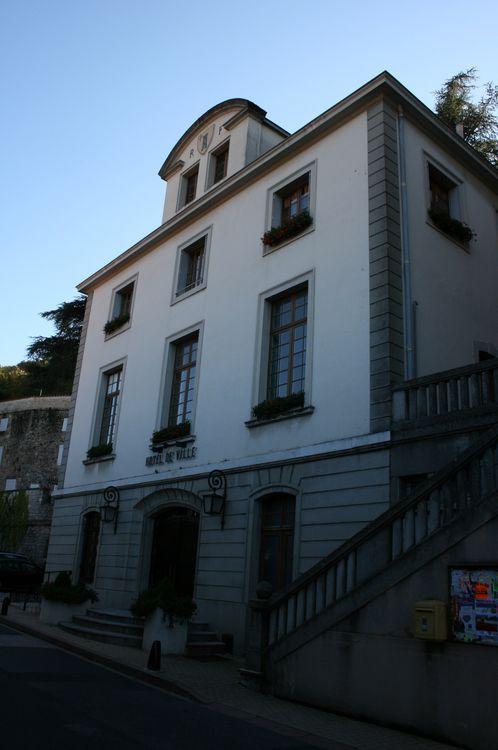 ......Roquefort a aussi sa mairie,sa poste,des commerces ,un musée,etc.......