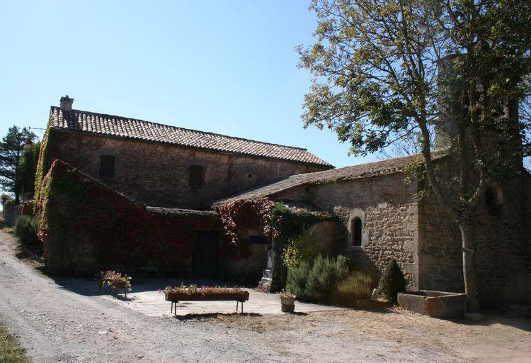 ........La petite chapelle se situe dans le hameau de Montaigut où subsiste quelques maisons encore habitées de nos jours ...........