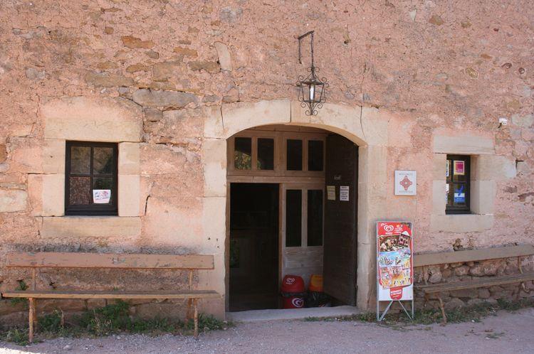 ........Ici,c'est l'accueil des visiteurs où se trouve dépliants touristiques de toute la région , boissons fraîches et même du Roquefort.....ainsi que les éternelles cartes postales et autres gadgets ....et ceci dans plusieurs langues ....