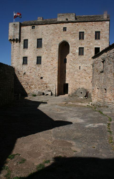...........Château du XII°siècle sauvé de la ruine par Francine et Michel Simonin , grâce à des chantiers de bénévoles.........