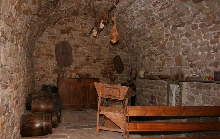 ..........A l'entrée , salle de gauche ,endroit où les victuailles sont exposées avec le puit d'eau à proximité communicant avec les autres étages du château ..........