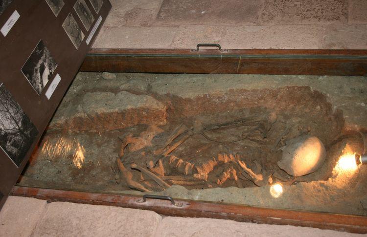 .......Le Château a été construit vraisemblablement sur un cimetière ,des ossements et sépultures ont été retrouvées dans cette salle comme celles de l'entrée côté droit du site . Des objets appartenant à ces personnes ont été identifiés et sont exposés dans cette pièce.........