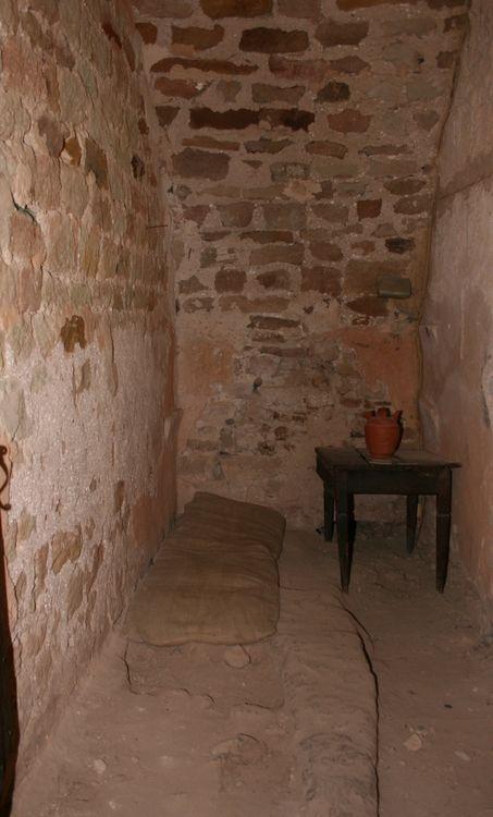 .........Le cachot du château ou prison (pièce adjacente aux précédentes)...............