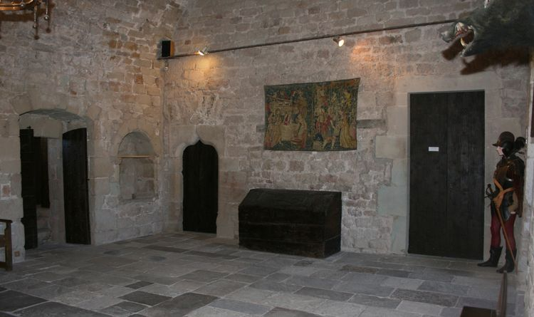 ........Vue opposée de la pièce avec à droite l'entrée de la chambre du seigneur............