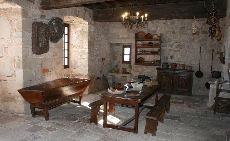 ........La Cuisine du moyen-âge : son âtre, ses ustensiles , son évier en pierre de taille , etc ……