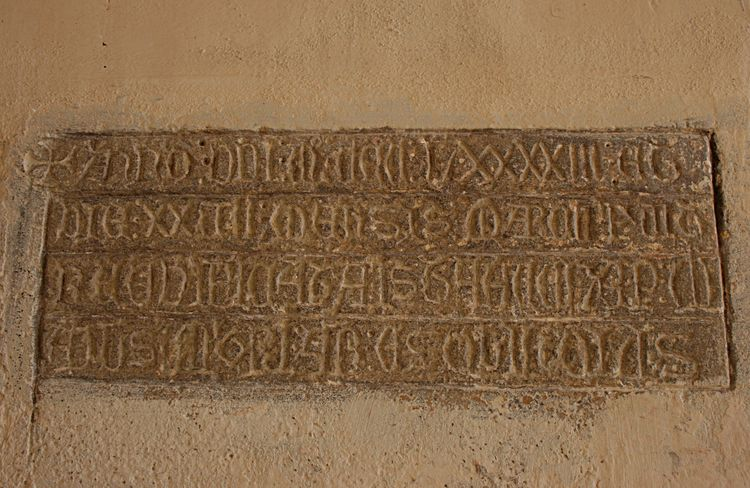 ...où les pierres sur le seuil de l'entrée, empruntées à la vieille église, trônent de chaque côtés , mises à l'envers de surcroît ….