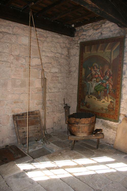 .....La trappe pour puiser l'eau du puit........