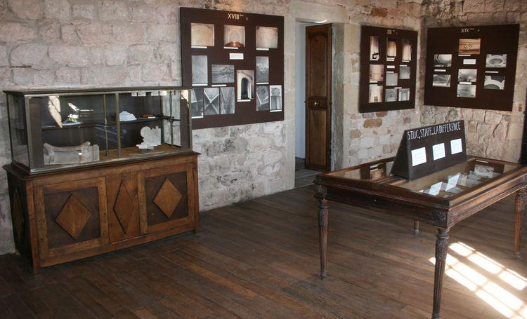 .......A l'étage suivant : une exposition sur le plâtre et ses usages en décoration d'intérieur avec une pièce reconstitué ......