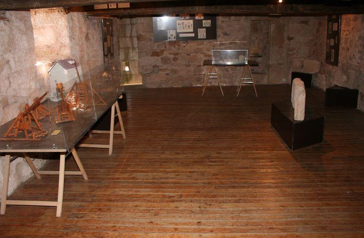 ........Au dernier étage,une exposition sur les défenses du château avec accès à l'échauguette.......