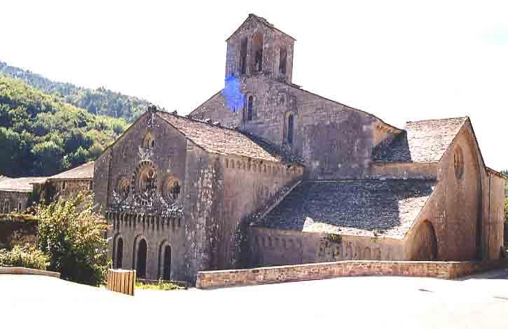 La disposition d'ensemble des bâtiments respecte les principes de l'architecture bernardine (plan de l'église en Croix Latine). .......