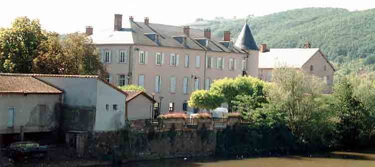 """En bordure de la rivière """"LE DOURDOU"""" , le palais Épiscopal et l'ancienne maison de Neirac datant du XVIII ème siècle ......"""