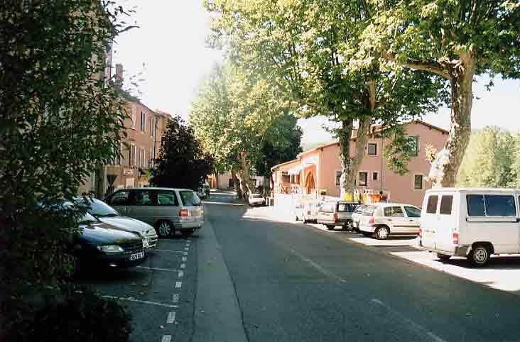 A l'ancienne croisée des chemins : une croix , avec la première rue nous amenant à l'intérieur du village ......