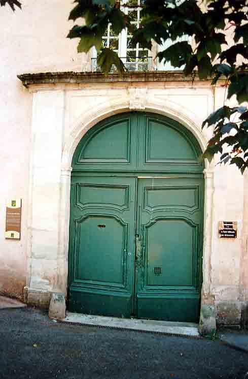 Le palais Épiscopal datant du XVIII ème siècles . Encadrant le grand portail : un arc à mascaron sculpté des pilastres et une corniche .....