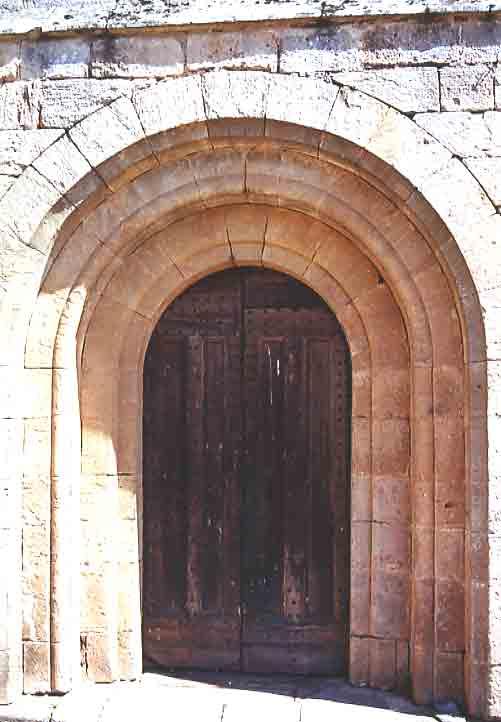 Porte Romane (XII°siècle), décoration Gothique rayonnant (XIII°siècle) et une croix de pignon (XV°siècle).....
