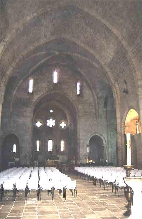 L'intérieur de l'église et ses 3 vitraux qui témoignent de l'attachement des moines de Citeaux à la Sainte Trinité.  En dessus une rose qui symbolise la Vierge qui est la protectrice de l'ordre de Saint Bernard .  La nef coupée par un transept et un choeur aux 4 chapelles ......