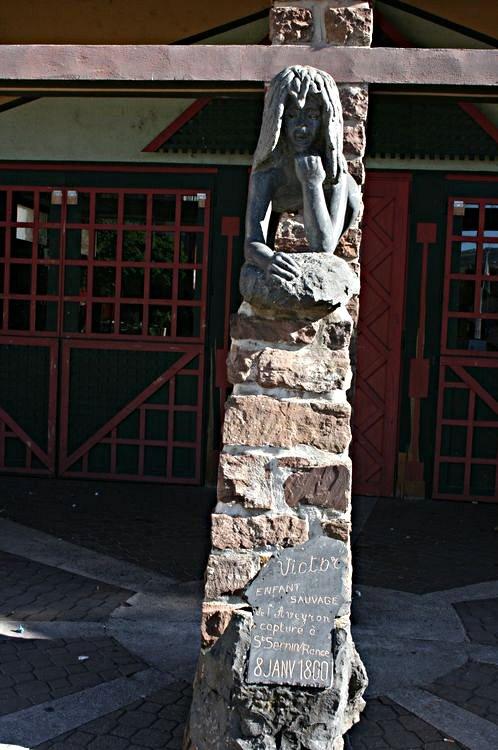 """..........La Statue de """"Victor"""" l'enfant sauvage de l'Aveyron....par le sculpteur Rémy COUDRAIN (1987)......"""