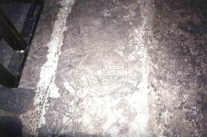 .....Sculpture dans le sol de l'église : un tombeau .Religieux ou Seigneur , il garde encore son mystère ……