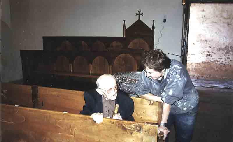 .....Une pensée pour le Père ROUCAYROL ici ,avec la personne responsable de la rénovation de l'église décédé le 7 Septembre 2003 qui m'avait accompagné à Combret pour la création d'une vidéo sur ce site ......  Le Webmaster.......