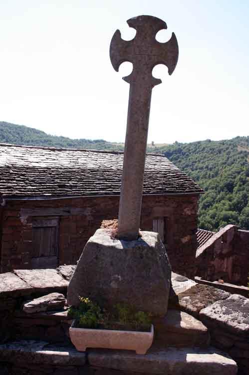 .....Les différentes croix de part et d'autre de l'église ..la croix occitane sur la Place de l'église.........