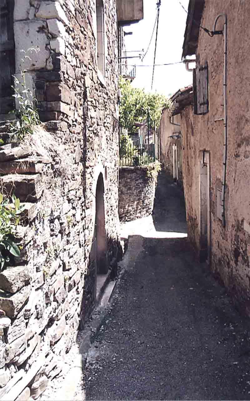 Voici quelques vues du village avec le château surplombant .....