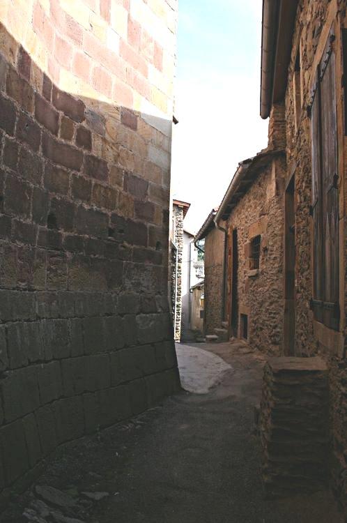 ......De part et d'autre des passages nous permettent de faire le tour de l'Eglise pour arriver à la Rue de Baudière ou Rue Basse......