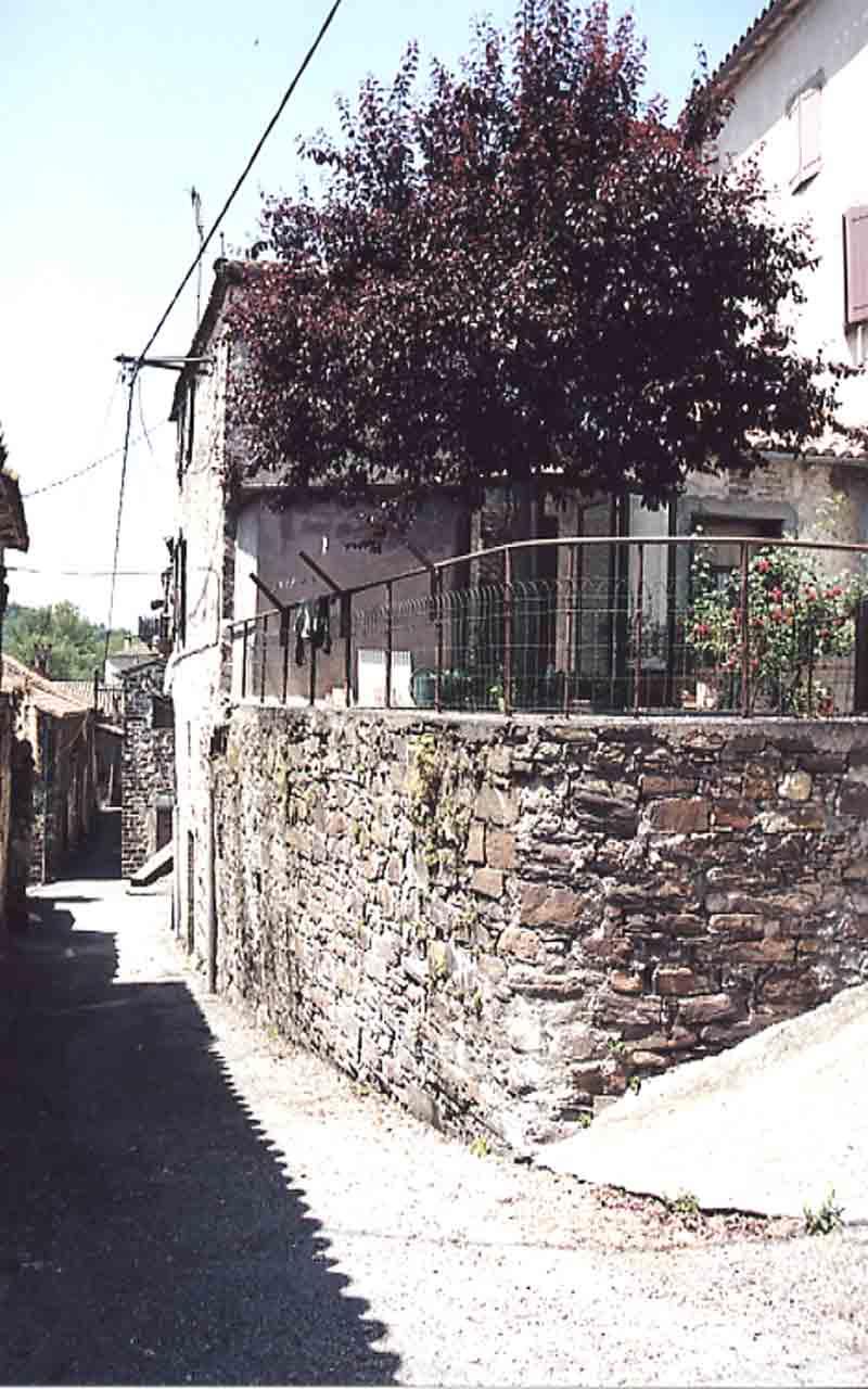 Ces ruelles sont étroites et ombragées où se côtoie quelquefois , l'ancien et le moderne .....