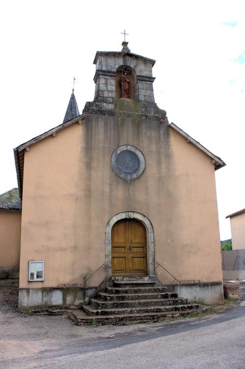 Son église quand à elle , isolée près de la route principale , se situe en face du château …..