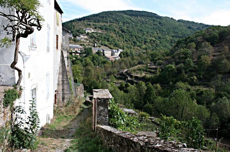 ..........A partir de la Rue Basse,on peut prendre le Chemin du Terral qui nous amène côté extérieur des remparts et ceci jusqu'au Rance ..........