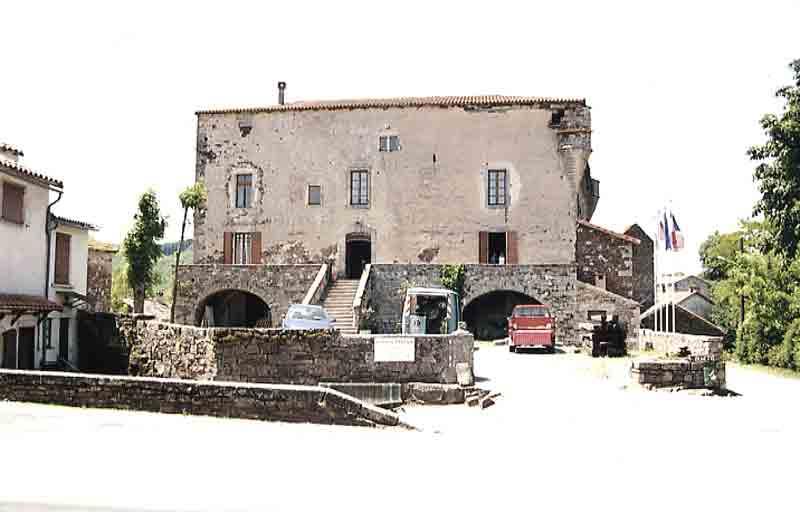 Le Château , ses différents aspects et une vue de l'intérieur ….