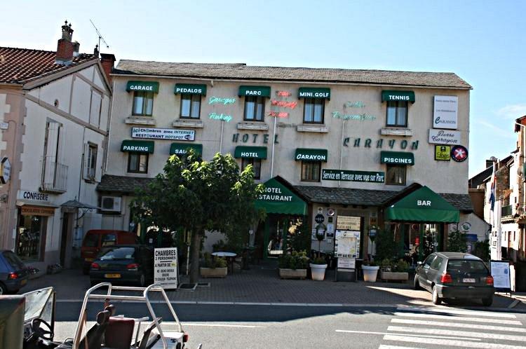 ......Sur la Place,il y a le Grand Café , l'Hôtel et Restaurant Carayon de très grande renommée ........