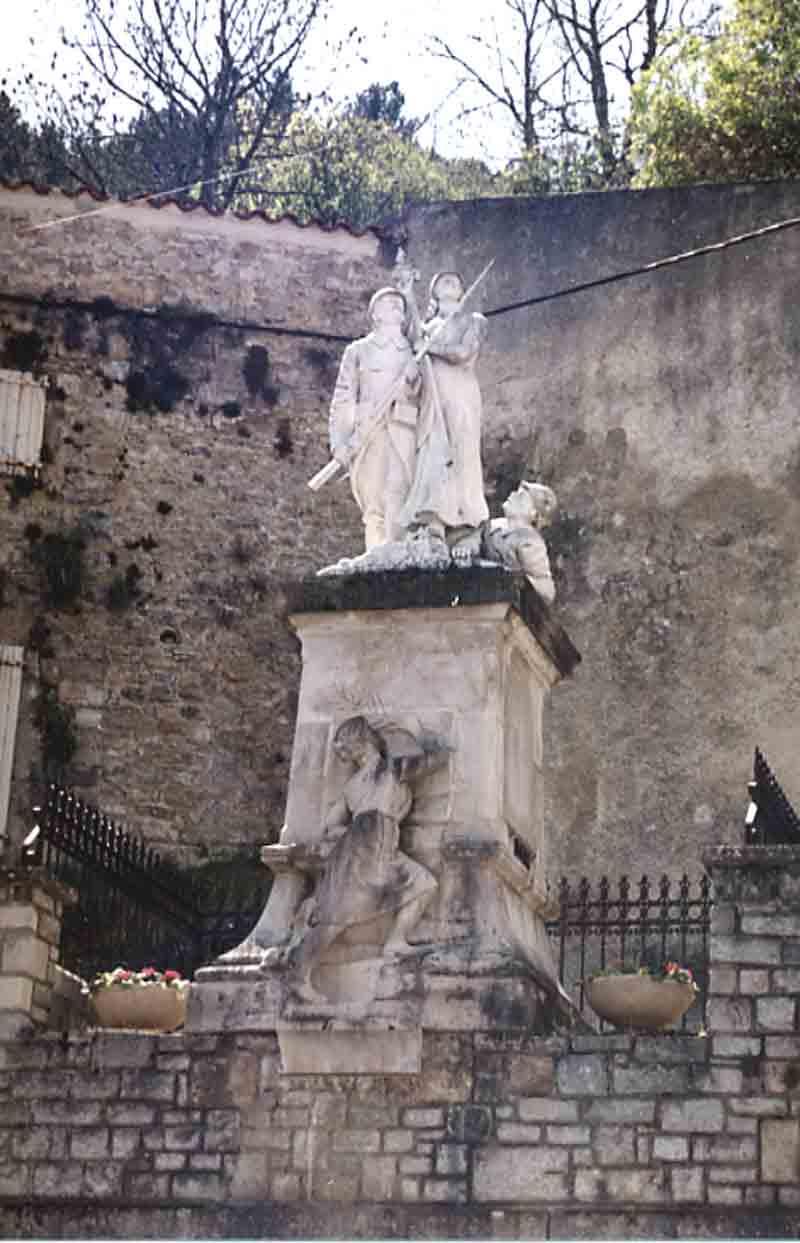 ....En façe,le monument aux morts où se trouve également le Musée de Roquefort que vous pourrez visiter (toute la géologie de Roquefort ainsi que les fossiles trouvés ici et dans les environs).....