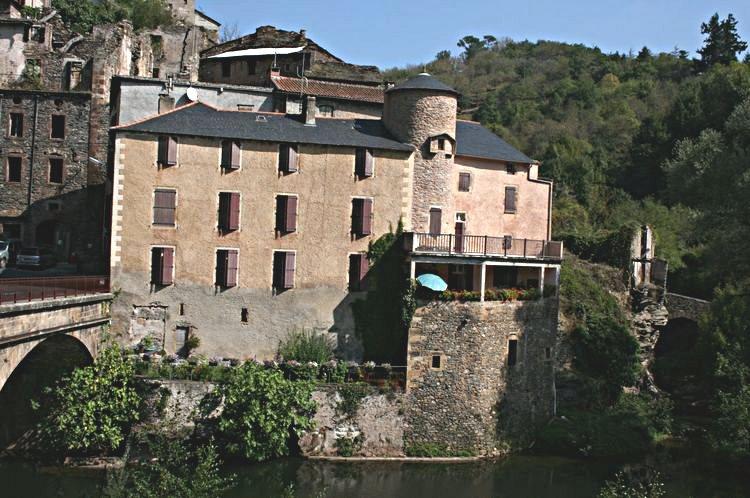 ......Une maison bien entretenue celle là ,fait apparaitre une tour certainement issue de l'ancien rempart protégeant la ville ......