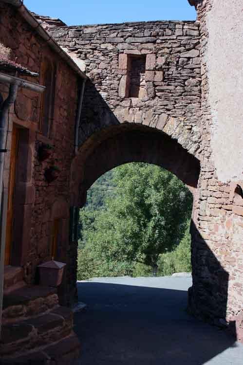 ........3 grands portails : Le Terrail , La Clède , Le Barry avec deux portes fermaient les issues du Bourg . Seul le portail du Terrail subsiste aujourd'hui .......