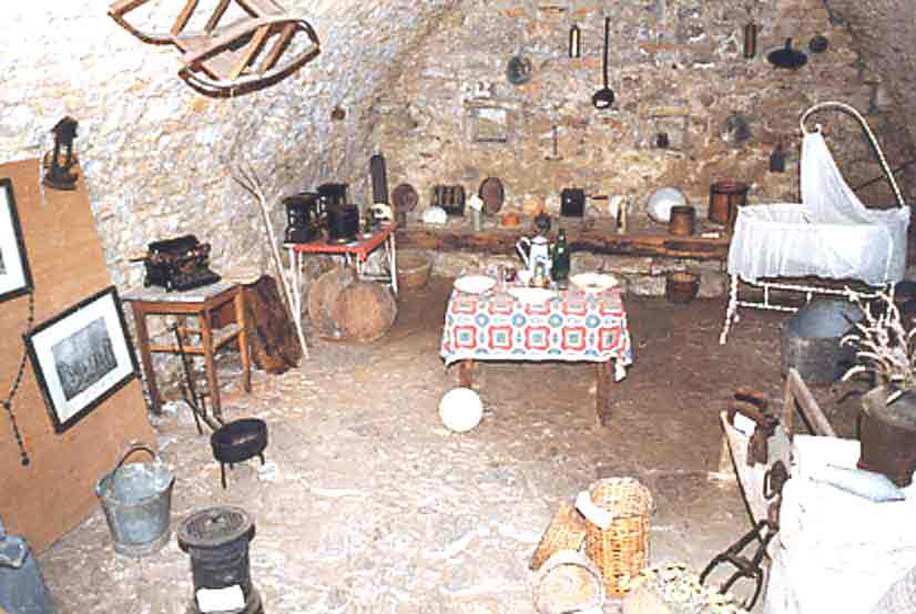.......Un peu plus loin , un intérieur composé d'objets hétéroclites anciens nous est proposé.......
