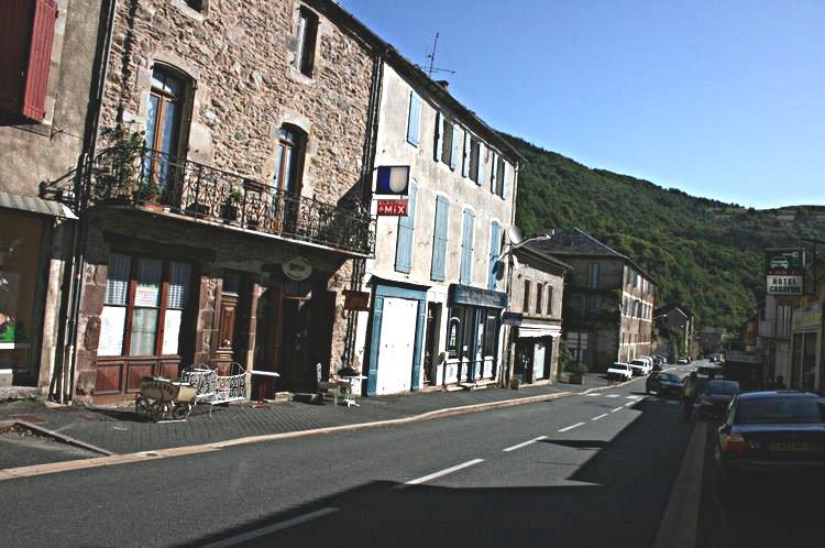 .....La RN 999 traverse la commune pour aller ensuite en direction de Saint-Affrique.....
