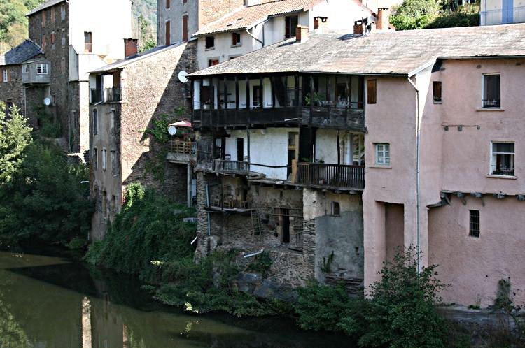 ......De l'autre côté du pont,vers le moulin,des balcons en bois dominent la rivière avec ces oiseaux qui montent ou/et descendent le cour de celle-ci à leur grès ......