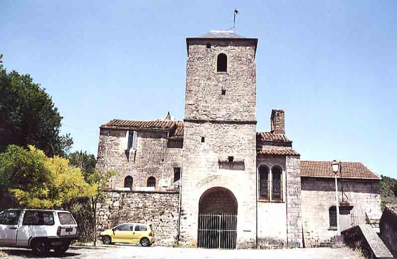 ......L'église du XII° siècle surplombe le village où nous avons une vue splendide sur les jardins .....