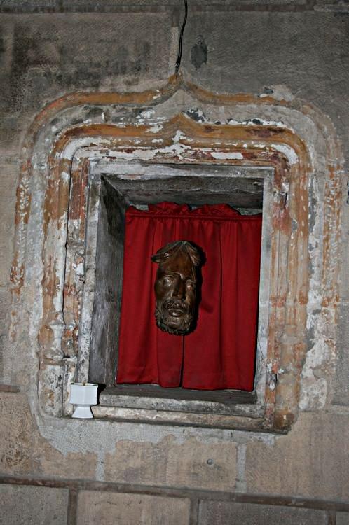 ......Visage du Christ en bois rescapé de l'ancien calvaire en bois situé sur la Place en fàce l'Hôtel-Restaurant CARAYON.......