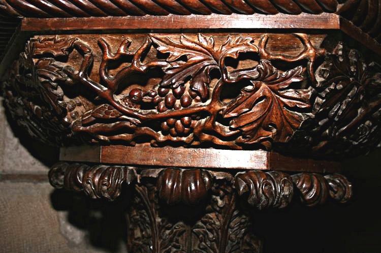 ..........Détail de la Chaire confectionnée par ROUTABOUL d'Auriac où l'on peut voir sculpté dans le bois , des oiseaux qui mangent les grappes du raisin ....