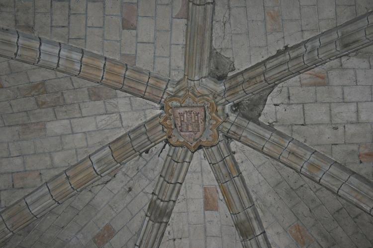 .......Sur la voute du plafond : le blason des armes de Saint-Sernin............